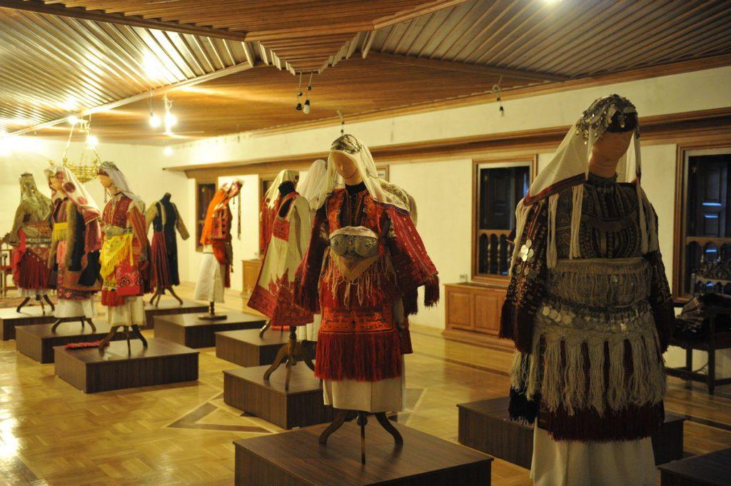 Во Бигорски отворена изложба на древни носии од дебарско-реканскиот крај