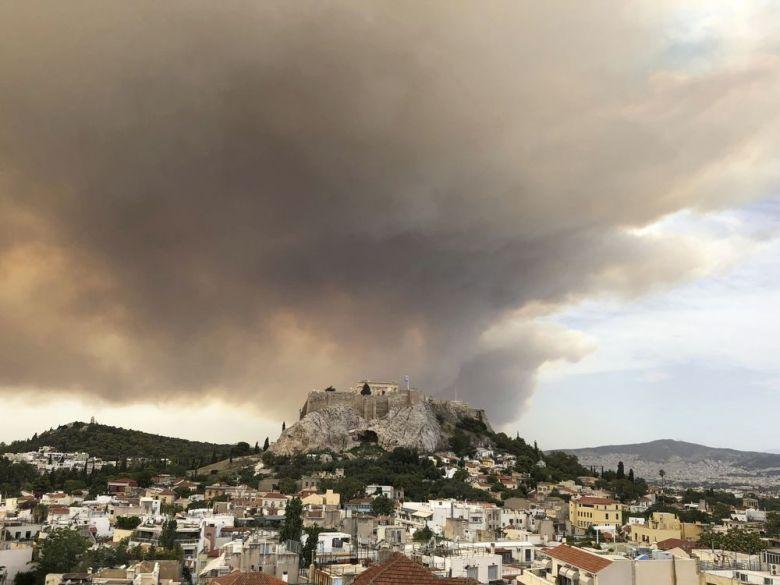 51 пожарникар со 19 возила делумно се изборија со пожар во Атика