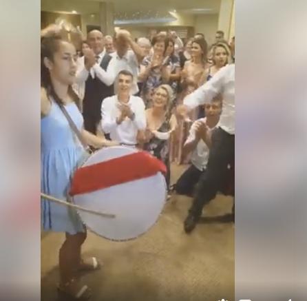 (видео) ЗА УБАВО ЛЕТНО ПОПЛАДНЕ: Се пее Македонско девојче, а девојче удира на тапанот