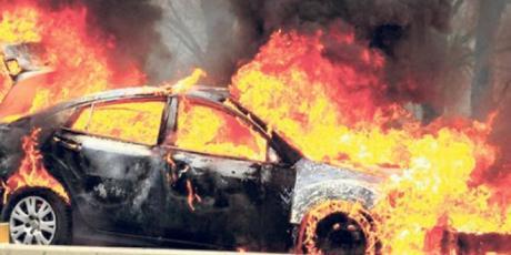Две возила изгореа на паркинг во Скопје