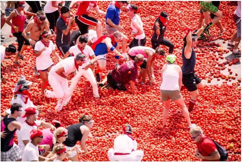 """Шпанија: Потрошени 145 тони """"муниција"""" за војната со домати во Бунол"""