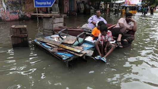Поплави во Индија: Загинаа 42 лица, а 100.000 се евакуирани
