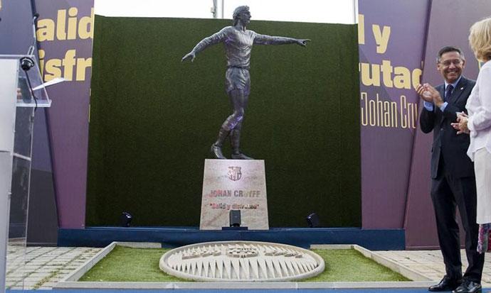 Барселона: Споменик на Јохан Кројф поставен на Камп ноу
