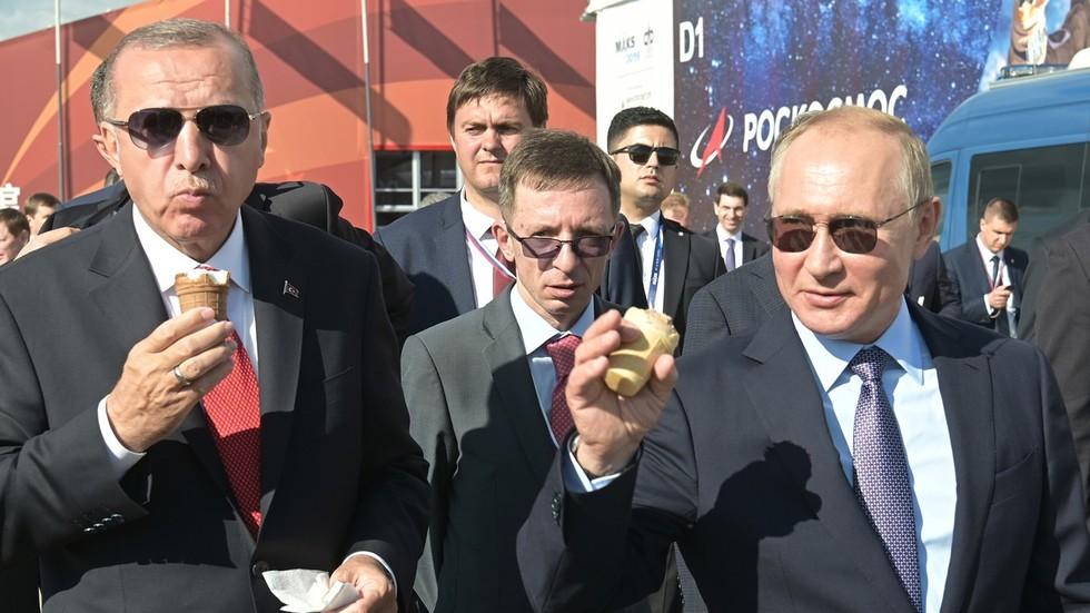 (видео) НА ГОСТИ ВО РУСИЈА: Путин го чести Ердоган сладолед