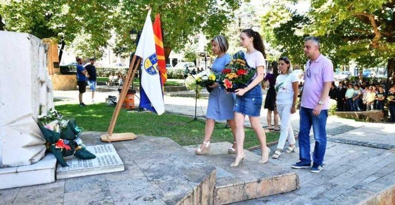 Струмица: Цвеќе на споменикот на 68-годишнината од ликвидацијата на петтемина струмички студенти