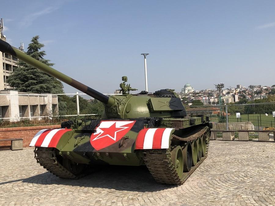 Белград: Тенкот пред стадионот на Црвена ѕвезда крева прав и полемики