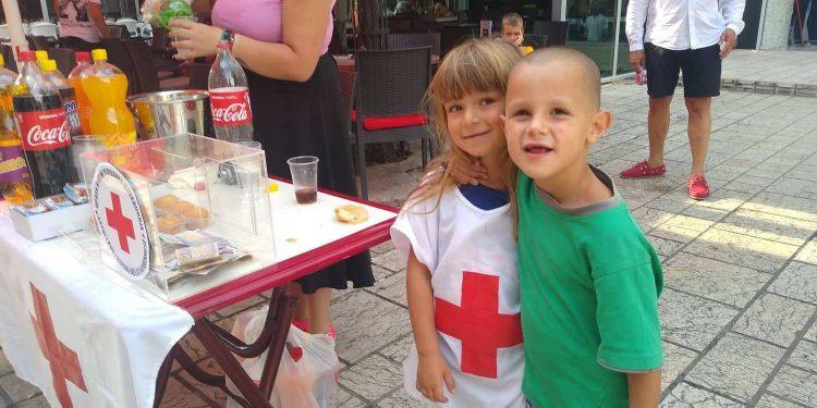 Мали хумани херои: Петгодишната Андреа од Струга собра 8.000 денари помош за болниот Стефан од Скопје