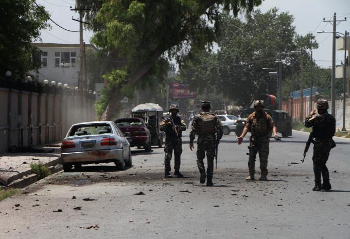 Атентат во Авганистан: Загинаа 24 луѓе, претседателот Гани без повреди