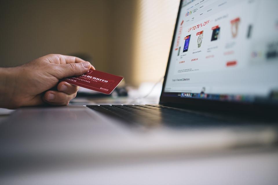 Токио: Благајник запомнил броеви на 1.300 кредитни картички, па си крадел од парите