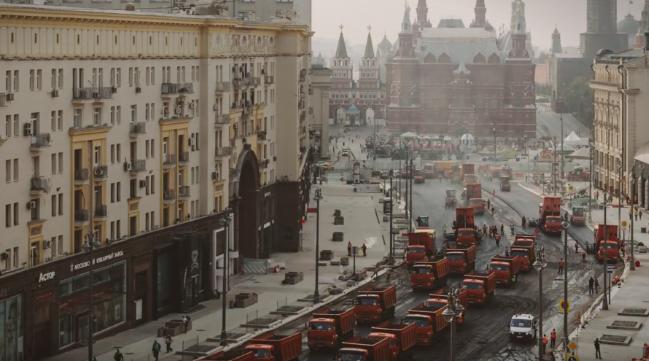 (видео) ВАКА СЕ АСФАЛТИРА ВО МОСКВА: Со 300 камиони само за еден ден се реконструриа најфреквентната улица
