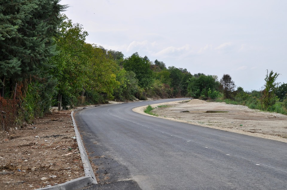 ПОФАЛБА ОД ПАНДОВ: Пато до марата на Заеви во Зелениково сега е масовно на цело село
