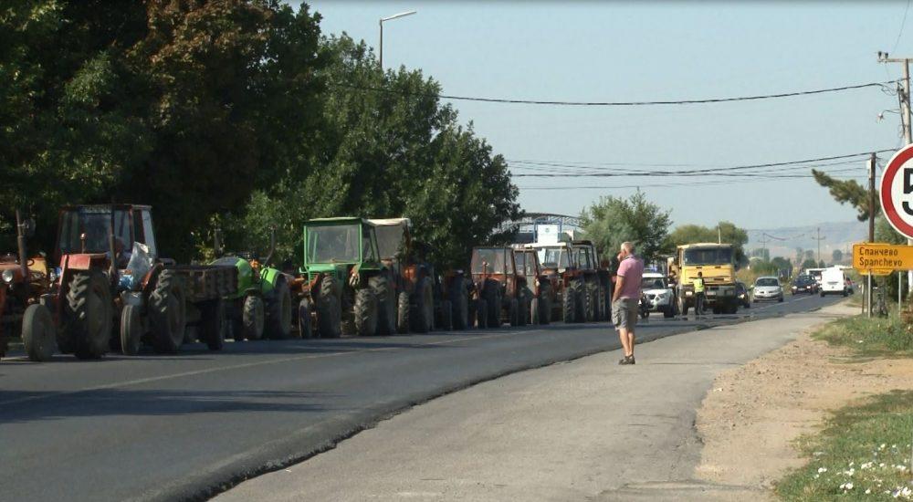 Блокада на патот Кочани – Штип: Земјоделците ги бараат субвенциите за ланската арпа
