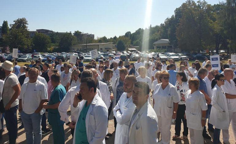 ПРОТЕСТ НА ЛЕКАРИТЕ: Политичката апатија и револтот на луѓето раѓа насилство, но тоа не е лек за натрупаните проблеми во Македонија