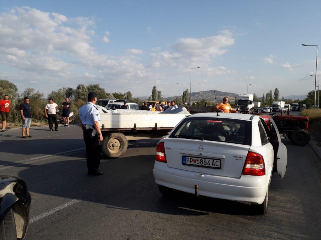 Поради цената на грозјето и праските денеска блокиран патот кај Росоман