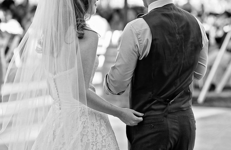 Ги шокираше сите: Девојка во венчаница се прошета на свадбата на нејзиниот љубовник (ВИДЕО)