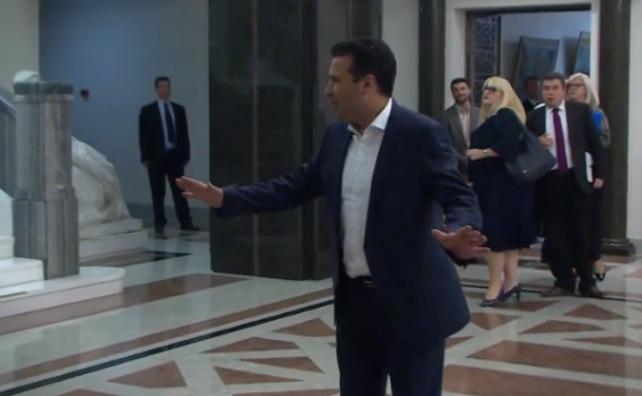 ПРЕД СРЕДБАТА ВО ПАРЛАМЕНТОТ: Новинарите не сакаа изјава од Заев (ВИДЕО)
