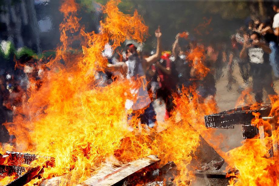 ЧИЛЕ: 15 загинати, вонредна состојба во девет провинции, протести поради цената на јавниот превоз