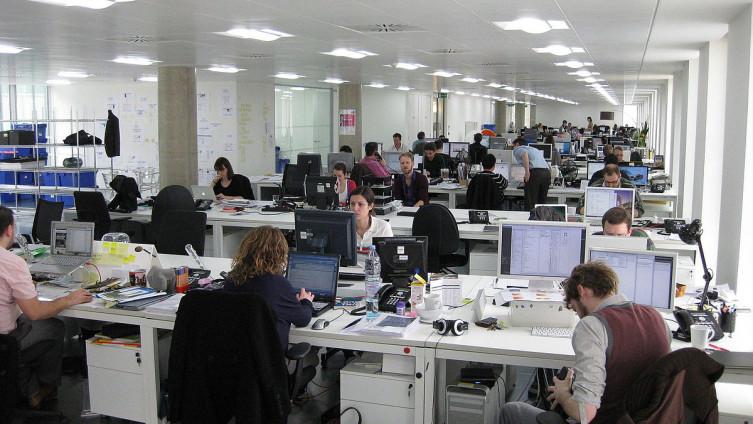 НАУЧНИЦИ: Дезодорансите, шминката и лаковите за коса во канцелариите 20 пати повеќе загадуваат од отворено
