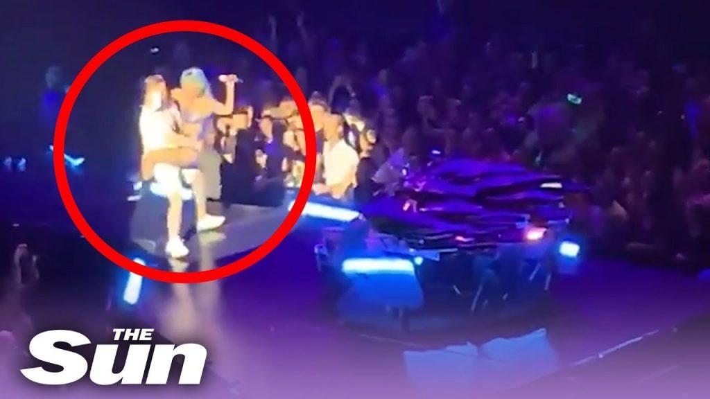 (ВИДЕО) Лејди Гага падна од сцената додека јаваше помошник