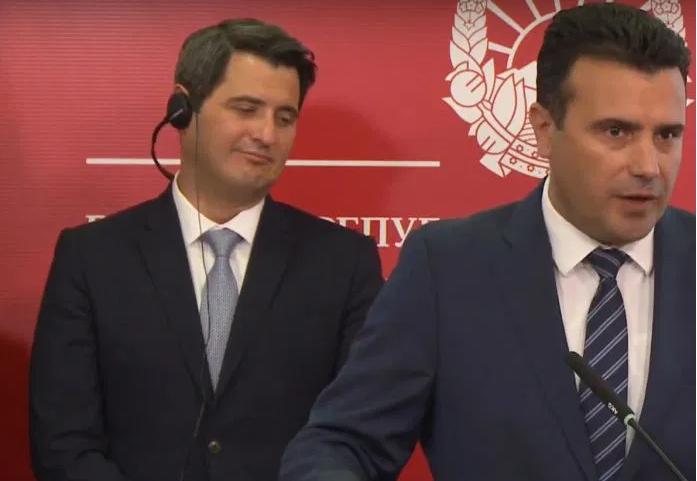 Министерот за екологија Нуредини со слушалки за превод на пресот на Заев и Макрадули