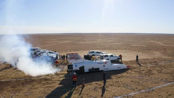 """Тестирање во Јужна Африка: Суперсоничниот автомобил """"Бладхаунд"""" надмина 800 км/ч"""