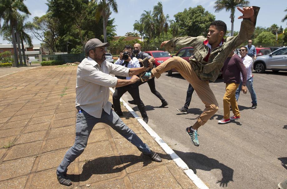 Бразилија: Приврзаниците на Гуаидо ја напуштија амбасадата на Венецуела која ја држеа блокирана