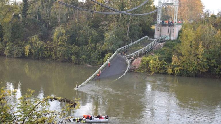Се урна висечки мост во Франција: Загина 15-годишно дете, 7 лица се повредени и неколку исчезнати