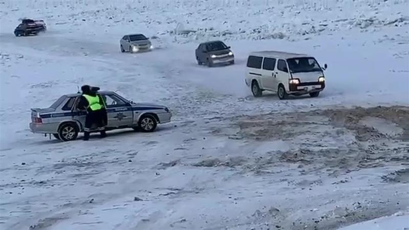 """(видео)НА СЕВЕРОТ ОД РУСИЈА: Руските возачи преку """"мост"""" од мраз ја минуваат реката Лена"""