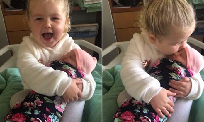 """""""Никогаш нема да те пуштам"""": Мама објави снимка од запознавање на две сестри, го растопи интернетот (ВИДЕО)"""
