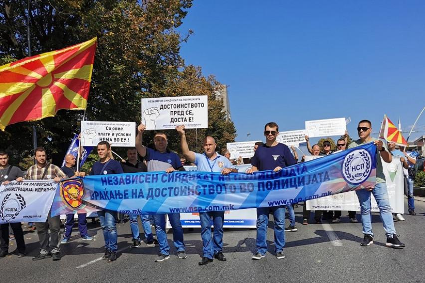 ПРОТЕСТ НА НСП ПРЕД ВЛАДАТА: Протестираме за да добиеме униформи, достоинствена плата и струја и вода во сите полициски станици