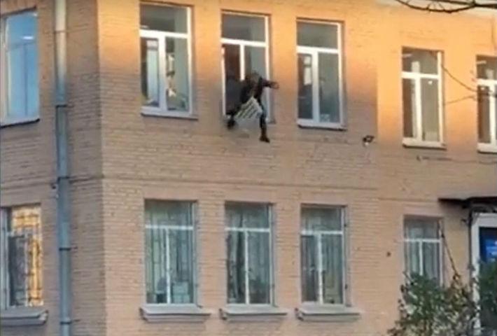 Скокна од прозорецот на полициската станица со радијатор околу раката (ВИДЕО)