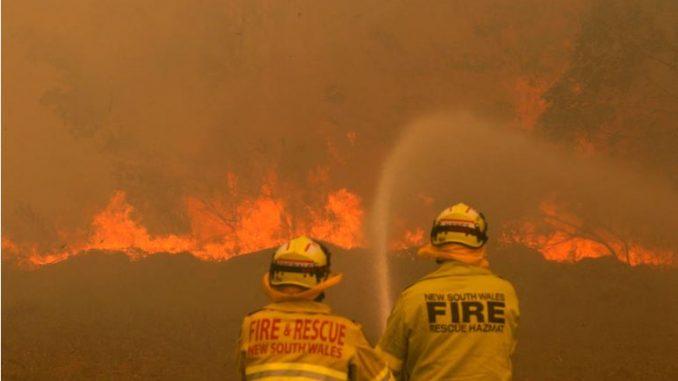 Пожари во Австралија: Загинаа две лица, а пет се исчезнати
