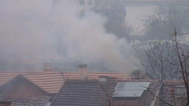 (видео) НВО ПРЕДУПРЕДУВААТ: Токсичен отпад се согорува во куќа со високи ѕидови во Сарај