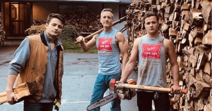 Татко и неговите синови исекоа дрва за да ги донираат на луѓе на кои им се потребни