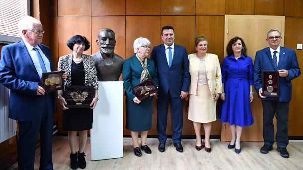 ЦВЕТАНОВА ЗА ЗАЕВ: Засрамете се сите македонисти и професори што денеска му аплаудиравте и се смеевте на недоветните шеги