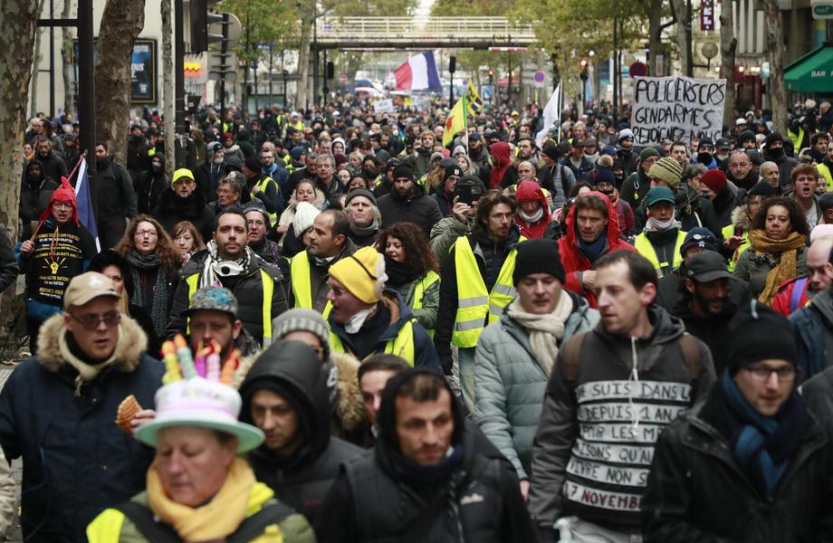 ГОДИШНИНА НА ЖОЛТИТЕ ЕЛЕЦИ: Полицијата со солзавец ги пречека демонстрантите во Париз