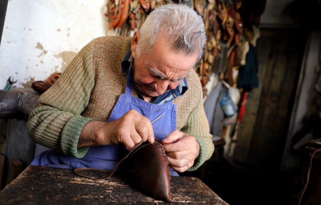 (фото) СТАРИ ЗАНАЕТИ: Димитрија Алексов има 90 години и завршено Воена школа, а се уште работи како опинчар во Старата скопска чаршија