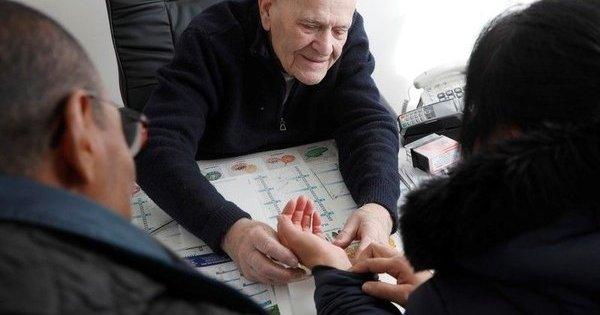 АМБУЛАНТА НА ФРАНЦУСКИ ЛЕКАР: Д-р Шенај има 98 години и се уште прима пациенти