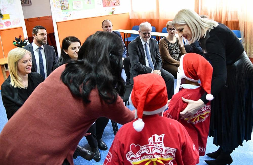 ТАЛАТ ЏАФЕРИ КАКО ДЕДО МРАЗ: Спикерот подели пакетчиња на деца од неколку училишта
