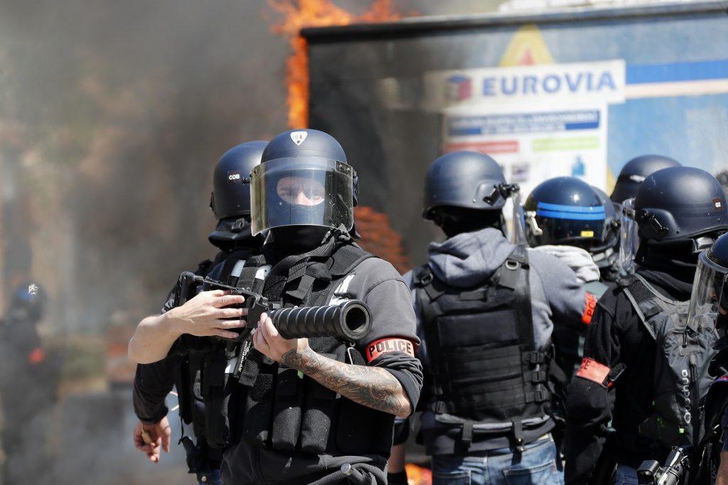 Франција: Министерот Кастанер најави реформи, но негира дека полицијата е расистичка