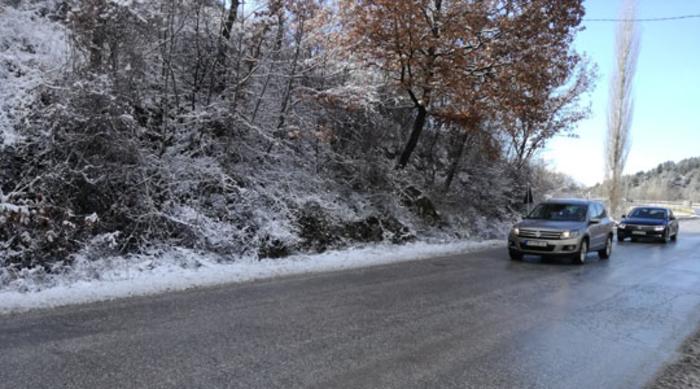 Време и сообраќај: Слаб снег на Маврово, Стража и Буково