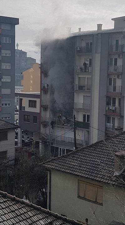 ПОЖАР ВО СТАНБЕНА ЗГРАДА ВО ТЕТОВО: Маж е тешко повреден, а 10 лица се затруени од чадот