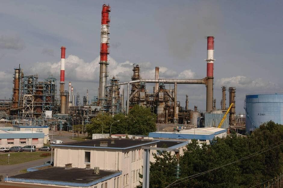 Франција: Голем пожар во рафинеријата на Тотал