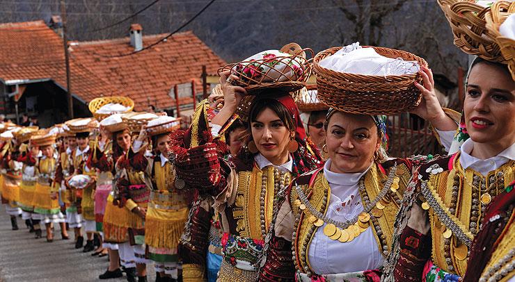 МАКЕДОНСКИ ОБИЧАИ НА СОБОР НА СВ. ЈОВАН КРСТИТЕЛ: Жените на овој ден имаат главен збор и затоа празникот се вика и Женски Водици