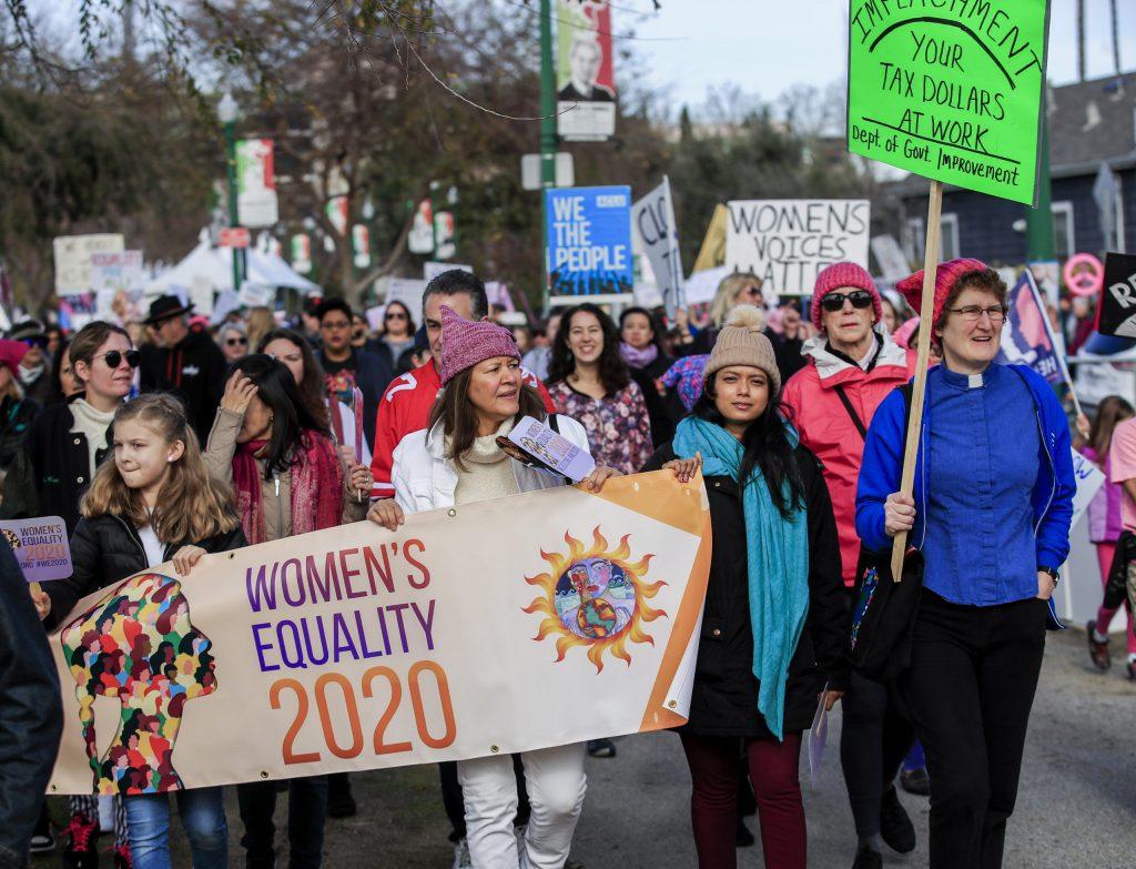 """""""ШАРЕНА РЕВОЛУЦИЈА"""" И ВО САД: Жени на марш по 4-ти пат бараа поголеми права од Трамп"""