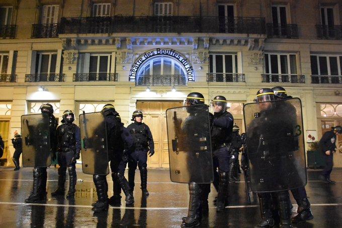 ЕВАКУИРАН ФРАНЦУСКИОТ ПРЕТСЕДАТЕЛ: Демонстранти во Париз му ја прекинаа театарската претстава на Емануел Макрон