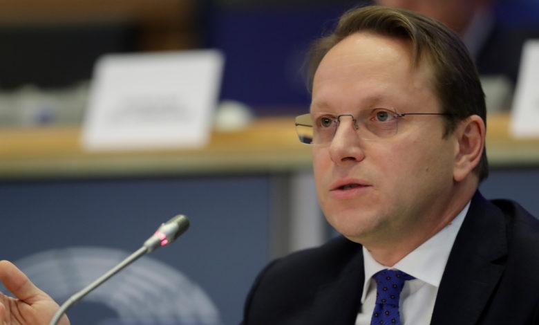 ЕВРОКОМЕСАРОТ ВАРХЕЈИ ВО СКОПЈЕ: Средби со државниот врв за иднината на Македонија во ЕУ