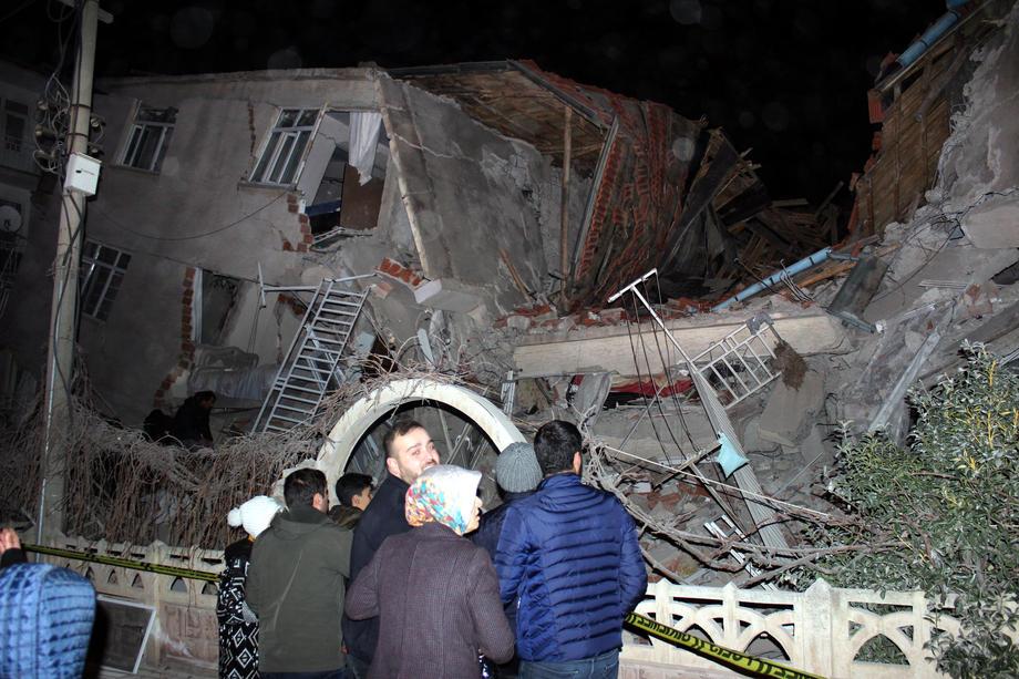ПО СИЛНИОТ ЗЕМЈОТРЕС ВО ТУРЦИЈА: Најмалку 21 загинат и над 1.000 повредени