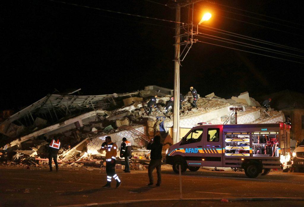 Најмалку осум жртви во земјотресот во Турција