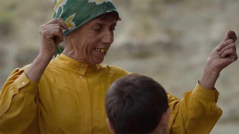 (видео) АТИЏЕ ОД МЕДЕНА ЗЕМЈА: Доби подарок пчели и среќна е како да добила Оскар